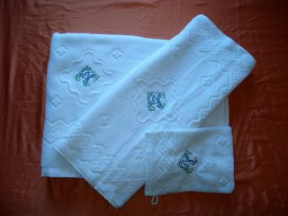 Set bestehend aus #duschtuch, #handtuch und #waschhandschuh #sticken #veredelung